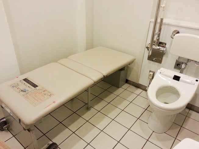 多目的ユニバーサルトイレとは おむつ交換台が外出機会を増やす