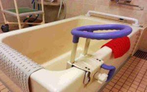 入浴動作の立ち上がりやまたぎ動作に福祉用具の手すり