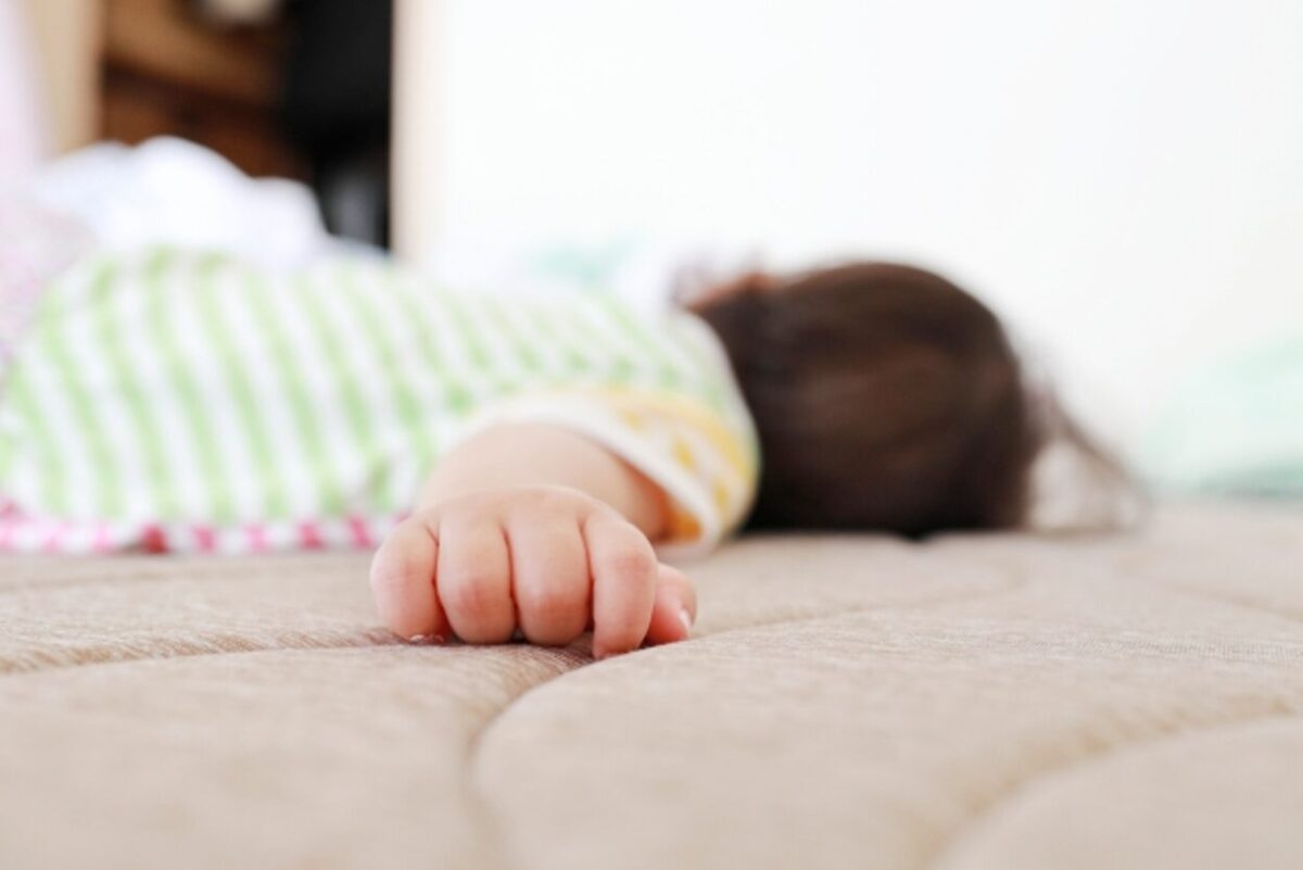 1歳になるまでは、寝かせる時はうつぶせ寝でなくあおむけに