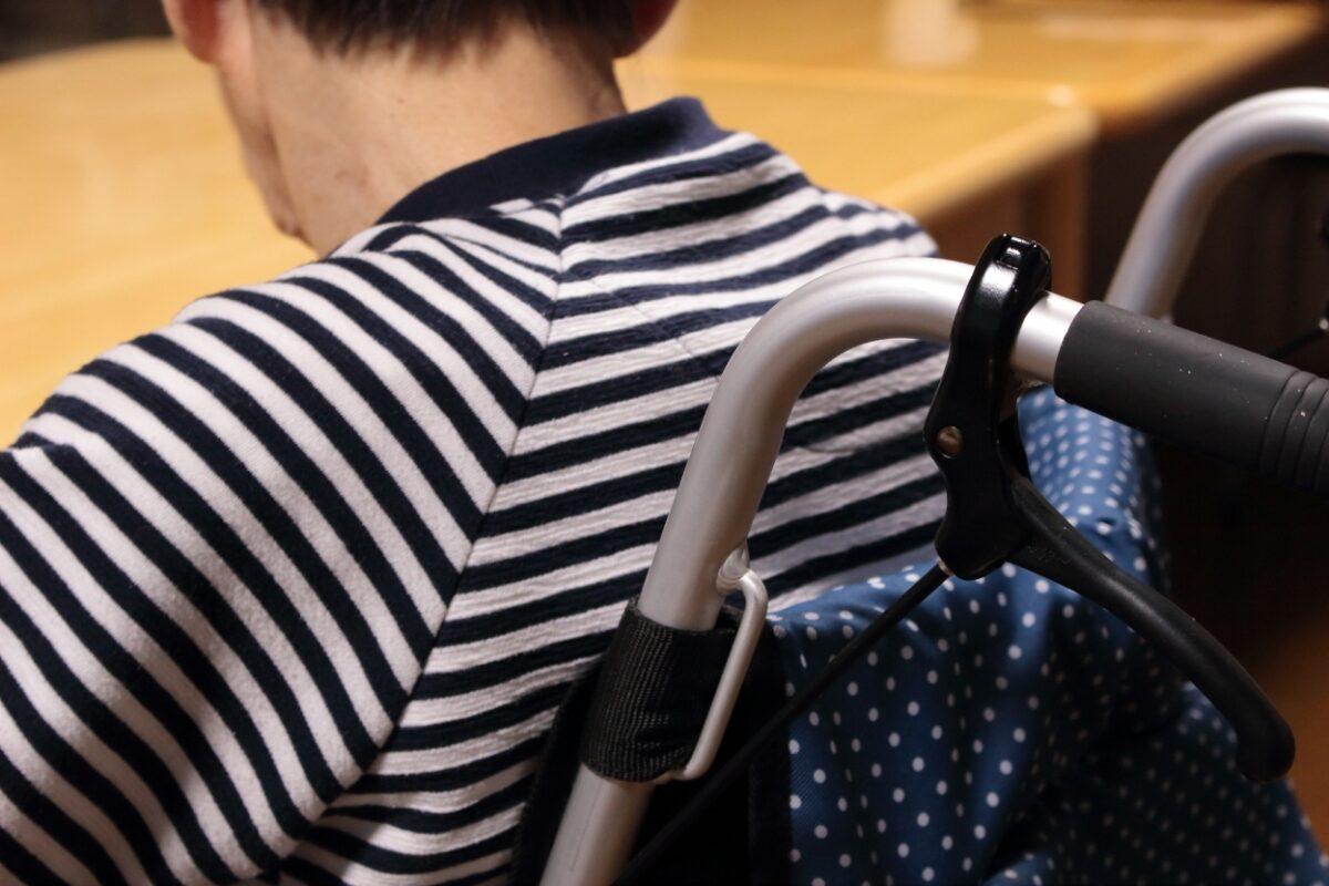 老人ホーム 車椅子の入居者の後ろ姿