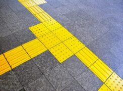 街中にあるユニバーサルデザイン 点字ブロック